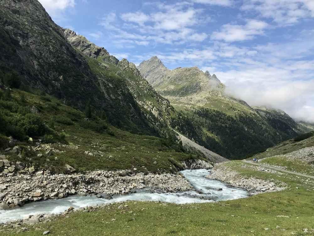 Beim E-Biken im Ötztal in Tirol die schönen Berge und die Flüsse sehen